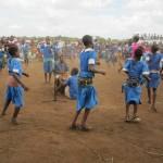 Ala-asteella on monia orpoja. He iloitsivat ja tanssivat juhlassa.